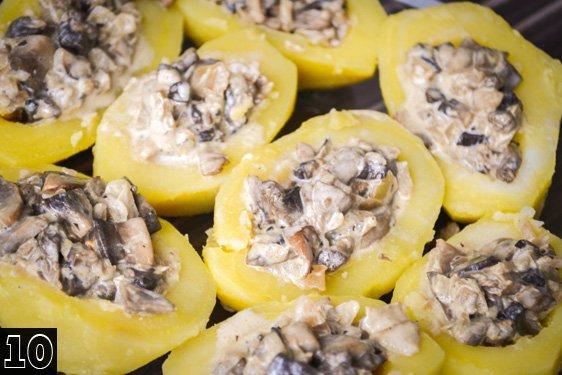 Выложить начинку из грибов с луком в сметане в картофельные лодочки.