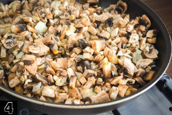 добавить грибы в сковородку с жареным луком и потушить 2-3 минуты
