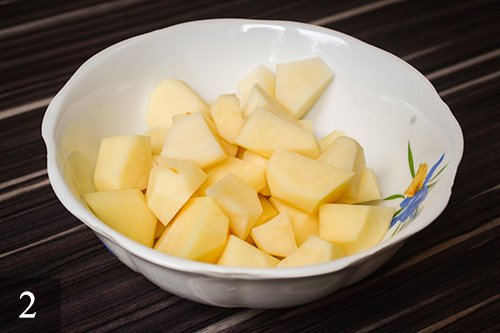 Картофель почистить и тоже порезать на кубики.