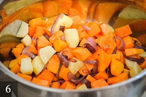 Вытаскиваем лавровый лист. Затем выкладываем тыкву и картофель. Жарим помешивая на небольшом огне около 5 минут.