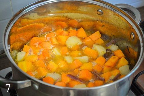Затем заливаем кипятком, так чтобы вода покрыла овощи. Закрываем крышкой и тушим на маленьком огне около 25-30 минут. Тем временем можно потереть сыр на терке.