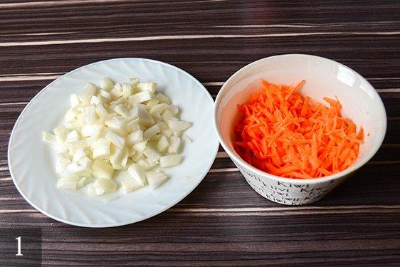 Лук порезать мелко, морковь натереть на крупной терке.